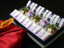 風呂敷包みでお届けする誕生日和菓子ギフト。最中・菓音・六花の精詰め合わせ15